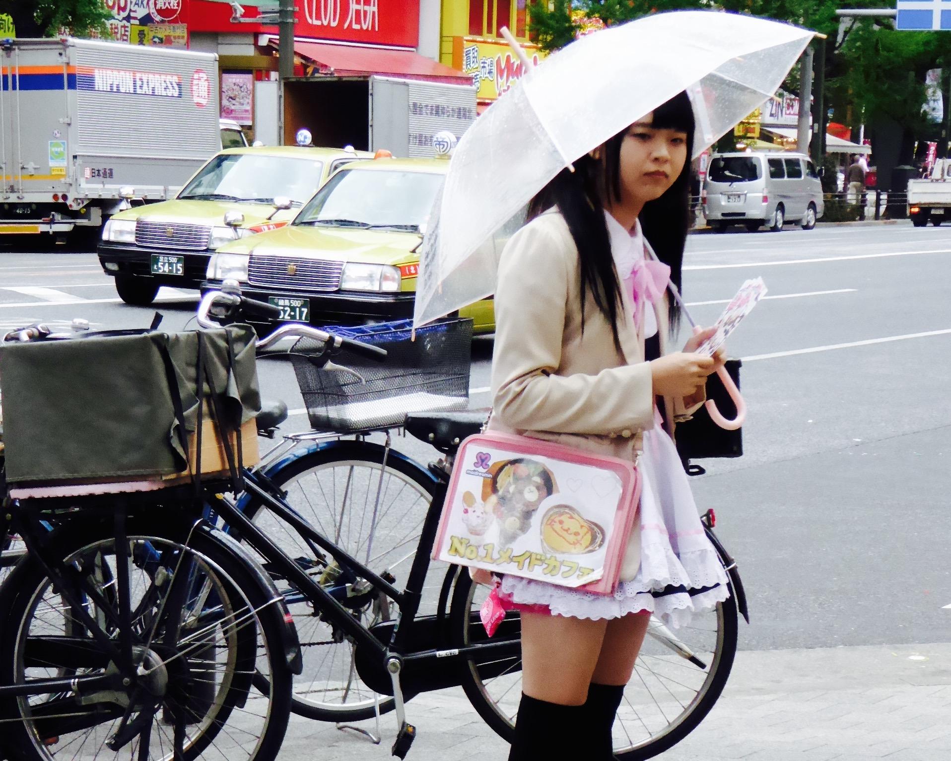 J'ai accompagné Elodie assister au concert d'un groupe d'Idoles à Shibuya. Les Idoles sont de jeunes artistes au physique plutôt avantageux recrutés à l'adolescence par des maisons de disques. Ils ont de multiples casquettes : ils chantent, dansent, animent ou ont décroché des contrats de modèles. Lors de cette soirée, plusieurs groupes se sont succédés sur scène. J'ai vu passer un groupe de cinq Gothic Lolita, trois écolières jouant la carte du Kawaii et trois nanas dont le thème du groupe est celui des pizzas. Imaginez un peu, l'une d'elle porte comme sobriquet : Pepperoni ! Sur la piste, les hommes et garçons se déchaînaient avec plus ou moins de conviction selon le groupe : des otakus. Le groupe favori d'Elodie s'appelle Chubbiness. Sur scène, elles sont dix de toutes tailles et morphologies. Chubbiness revendique le droit pour les jeunes de se sentir bien dans son corps et de trouver un équilibre entre vie saine et excès. Chaque membre du groupe est identifié par une couleur distincte et chacune semble avoir un rôle bien défini : le chant, la danse ou encore l'animation du public entre deux morceaux. A la fin de leur concert, nous avons regagné le bar où une file attendait devant le stand des Chubbiness pour acheter câlins, photos et moments de discussion privilégiés avec les groupe. Elodie m'a jeté un regard contrit avant de me dire : « bon allez, je vais faire ma groupie ! ». Je l'ai regardé s'éloigner dans la foule et aborder la Chubbiness verte.